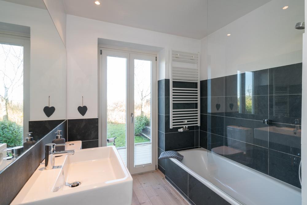 Badezimmer 1 (mit Badewanne + WC + Waschbecken + Waschmaschine)