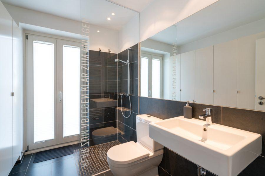 Badezimmer 2 (mit Dusche + WC + Waschbecken + Einbauschrank)