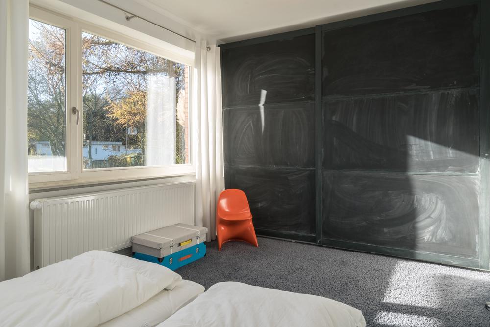 Großer Einbauschrank mit Kreidetafel als Schiebetür im Schlafzimmer 3