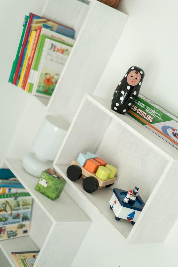 Bücherregal im Kinder-Schlafzimmer